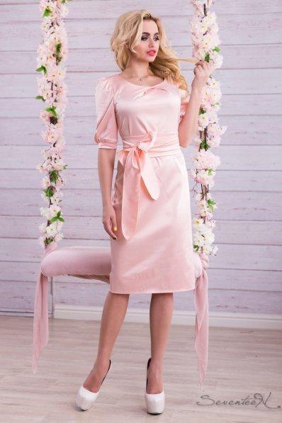 Праздничное персиковое платье из атласа