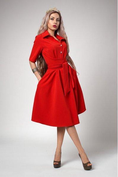 Пышное платье красного цвета с поясом