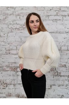 Короткий свитер молочного цвета крупной вязки