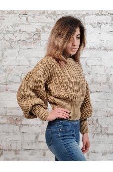 Короткий свитер карамельного цвета крупной вязки