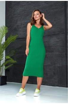 Летнее вязаное платье модного зеленого цвета