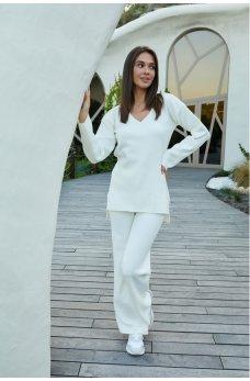 Молочный модный вязаный костюм