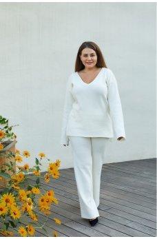 Молочный оригинальный вязаный костюм для полных женщин