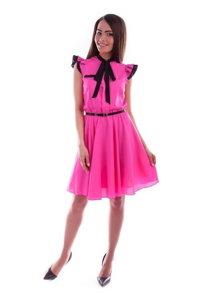 Розовое платье из креп шифона с черной отделкой