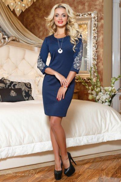 Темно-синее платье с вышивкой на рукавах