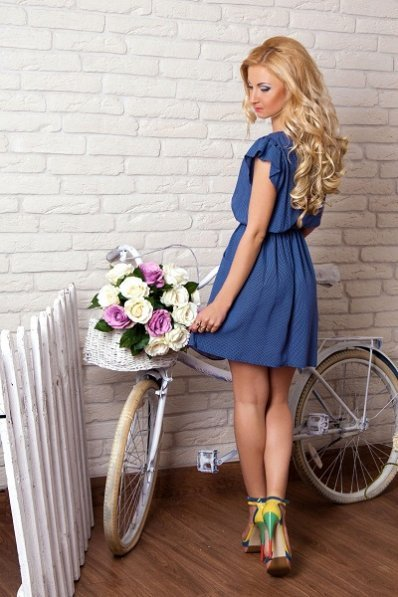 Легкое синее платье в горошек