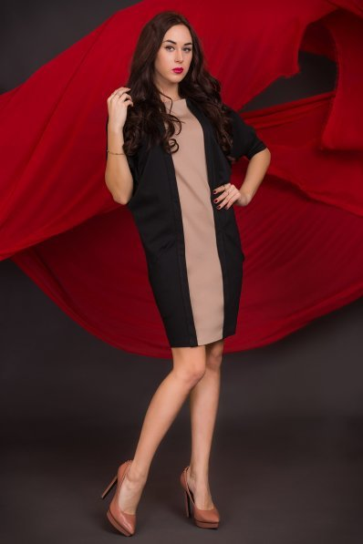 Свободное черное платье с бежевой вставкой