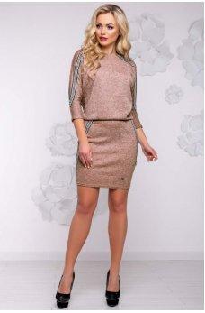Трикотажное полуприталенное платье персикового цвета