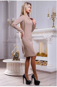 Привлекательное бежевое платье с изысканным воротником