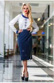 Белая блузка с темно-синими воротничком и манжетами