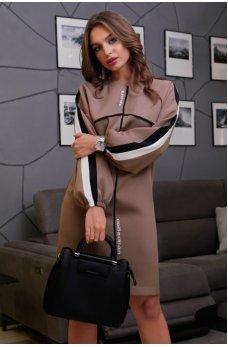 Кофейное платье спортивного стиля со спущенным плечем