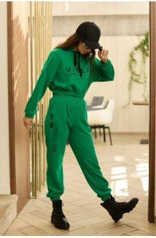 Зеленый яркий костюм в спортивном стиле