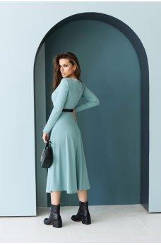 Оливковое стильное женское платье с декоративными пуговицами