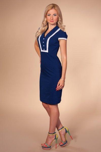 Синее платье с кружевным декором