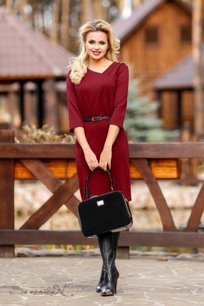 Утонченное бордовое платье