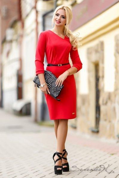 Утонченное красное платье с поясом