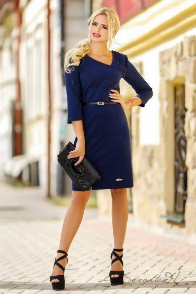 Утонченное темно-синее платье