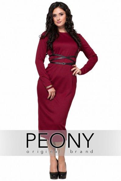 Стильное вишневое платье с портупеей