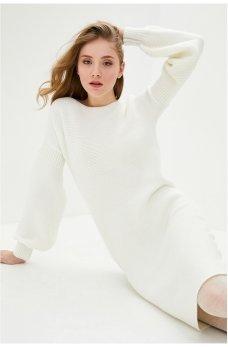 Вязаное платье из белой пряжи