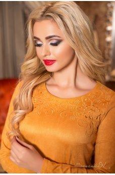 Замшевое платье футляр горчичного цвета с вышивкой