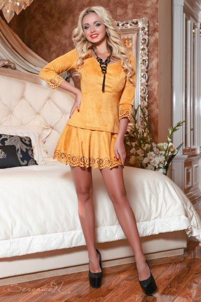 Стильное мини-платье горчичного цвета из замши