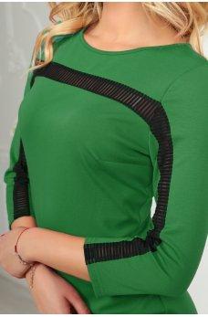 Приталенное зеленое платье с оригинальным кружевом