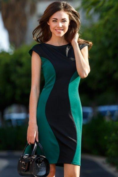 Зеленое платье в фигурной вставкой
